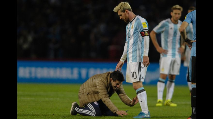 A fan greets Argentina's Lionel Messi during the Russia 2018 World Cup qualifier football match against Uruguay in Mendoza, Argentina, on September 1, 2016. / AFP / ANDRES LARROVERE